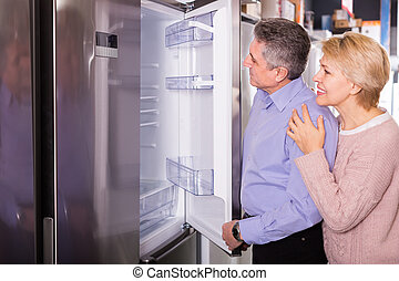 sklep, chłodnia, przyrządy, żonaty, nowoczesny, dojrzały, dom, uśmiechanie się, wybierając, para, rodzina