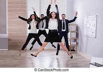 skokowy, młody, biuro, businesspeople