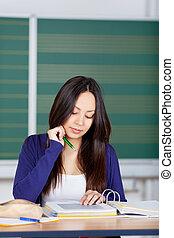 skoncentrowany, wiązanie, czytanie, asian dziewczyna