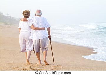 spacerowy, para, plaża, starszy