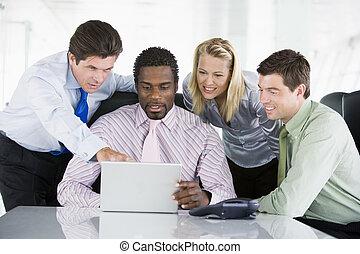 spoinowanie, laptop, businesspeople, cztery, sala konferencyjna, smilin