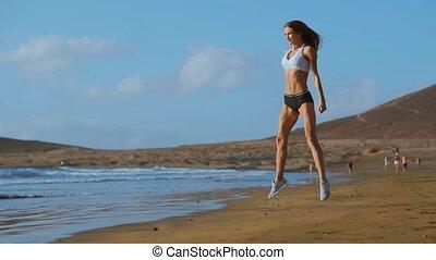 sportowy, kuca, ruch, zaręczony, kobieta, sports., outdoors., samica, sunset., na wolnym powietrzu, stosowność, sportsmenka, pracujący, chodząc, ubranie sportowe, poza, plaża, młody