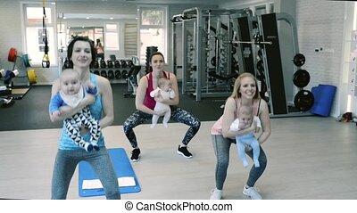 squats., sala gimnastyczna, wykonując, niemowlęta, matki