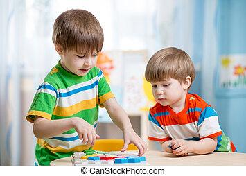 stół, gra, dzieciaki, bracia, razem