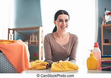 stół, uśmiechnięta kobieta, pralnia
