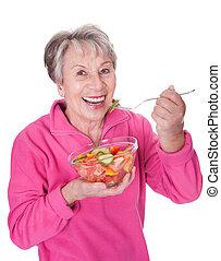 starsza kobieta, jedzenie, sałata
