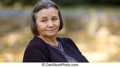 starsza kobieta, zmartwiony, outdoors