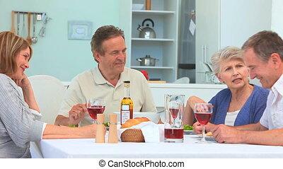 starsza para, jdząc obiad, razem