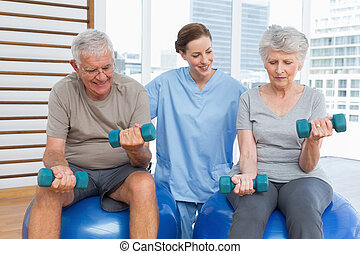 starsza para, pomagając, terapeuta, samica, dumbbells
