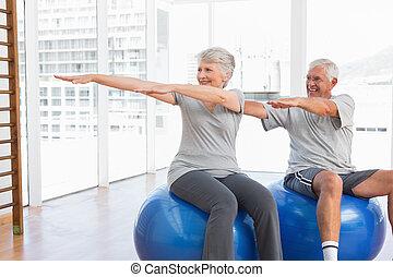 starsza para, wykonuje, rozciąganie, piłki, stosowność