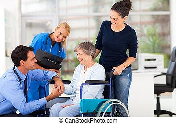 starszy samczyk, pacjent, utulając, doktor