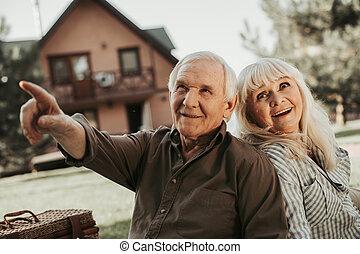 stary, para, na bok, patrząc, zainteresowanie, szczęśliwy