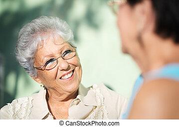 stary, park, dwa, mówiąc, przyjaciele, starsi kobiety, szczęśliwy
