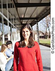 studenci, uśmiechnięta kobieta, campus, tło