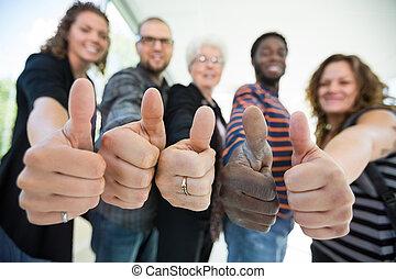 studenci, uniwersytet, thumbsup, multiethnic, gesturing