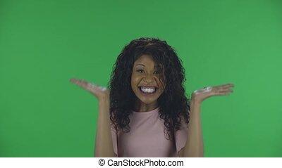 studio., młody, aparat fotograficzny, mood., występuje, amerykanka, falisty, afrykanin, ekran, patrząc, kobieta, beżowy, piękny, bluzka, radość, dżinsy, płonący, portret, taniec, zielony, dobry, włosy, brunetka