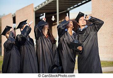 suknia, multiethnic, studenci, uniwersytet, skala, przeglądając, świadectwa, campus