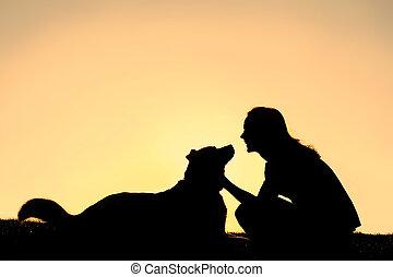 sylwetka, pies, kobieta, pasterz, szczęśliwy, petting, niemiec