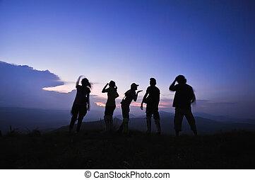 sylwetka, przyjaciele, zachód słońca