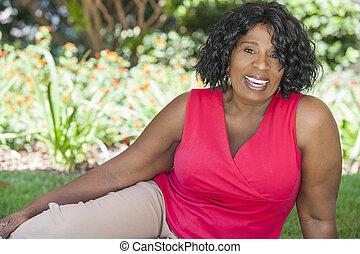 szczęśliwy, starsza kobieta, amerykanka, afrykanin