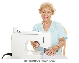 szycie, starsza kobieta
