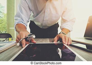 tabliczka, cyfrowy, doktor, pracujący, sieć, nowoczesny, interfejs, komputer, medyczny, ręka, medycyna, pojęcie