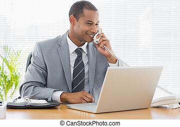 telefon, laptop, biurko, używając, biznesmen, biuro
