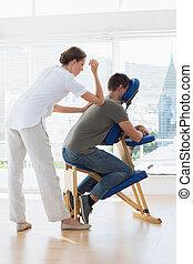 terapeuta, samica, udzielanie, wstecz, człowiek, masaż