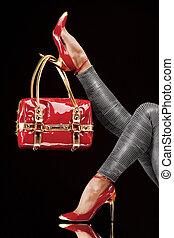 torba, czerwone obuwie