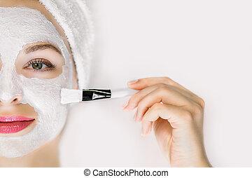 traktowanie, oskubany, maska, wanna, profesjonalny, zawinięty, kobieta twarz, tło., zwracający się, leżący, błoto, wizerunek, skóra, szczotka, piękno, pociągający, młody, piękny, włosy, ręcznik, odizolowany, biały