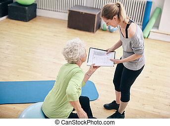 trener, kobieta, osobisty, patrząc, plan, senior, ruch