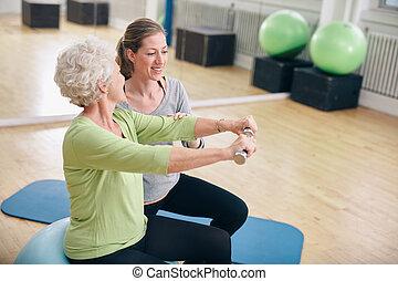 trener, kobieta, osobisty, wsparty, senior, sala gimnastyczna