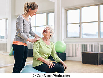 trener, kobieta, starszy, osobisty, wsparty, sala gimnastyczna