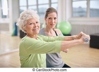 trener, osobisty trening, sala gimnastyczna, stosowność