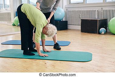 trener, starszy, kobieta, pomoc, wykonując