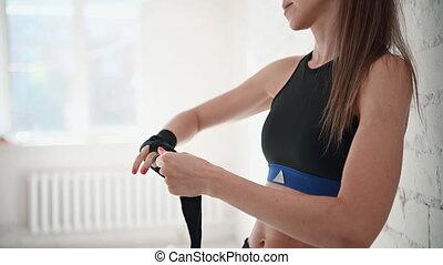 trening, boks, siła robocza, opakowanie, przed, jej, sala gimnastyczna, bag., dziewczyna, do góry, cios, bandaże