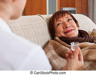 troszcząc, kobieta, dojrzały, chory, dom, pielęgnować