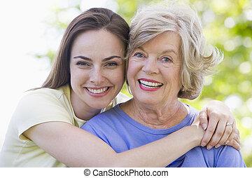 uśmiechanie się, kobiety, dwa, outdoors