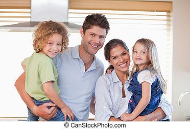 uśmiechanie się, rodzina upozowująca