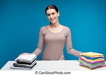 uśmiechnięta kobieta, pralnia, pokaz, czysty