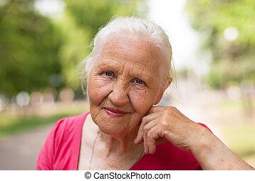 uśmiechnięta kobieta, starszy