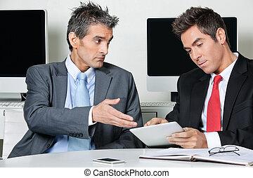 używając, biurko, biznesmeni, tabliczka, cyfrowy