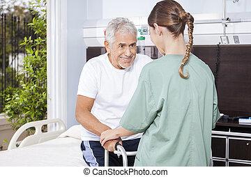 używając, istota, pielęgnować, wsparty, samica, starszy człowiek, piechur
