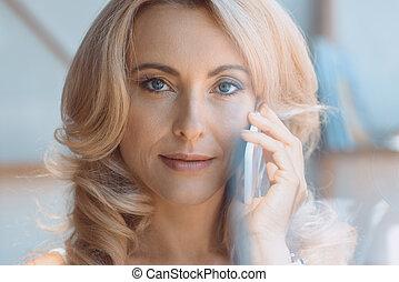 używając, kobieta, smartphone