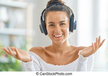używając, młoda kobieta, headphones.