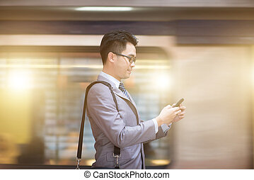 używając, station., smartphone, tunel, biznesmen