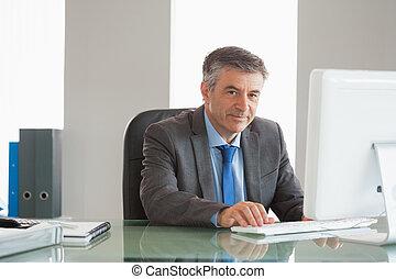 używając, uśmiechanie się, biznesmen, biuro, komputer
