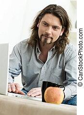 używający laptop, komputer, człowiek