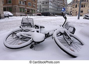 upadły, rower, śnieg zaległ