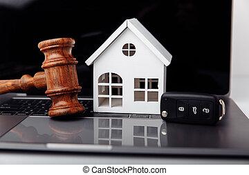wóz, pojęcie, laptop., domowy klucz, online, licytacja, sędzia, drewniany gavel, rozkaz, albo